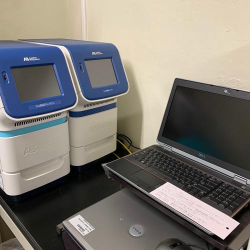 定量的PCRを行うためのPCRマシンです。<br>定量的PCRって、ほんとむずかしいですよね。